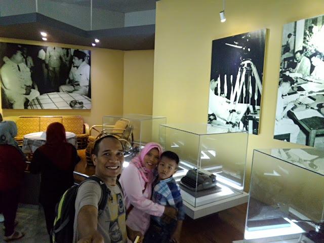 Foto-foto pelaksanaan KAA dan barang sejarah.