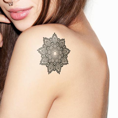 Chica tatuada con un mandala