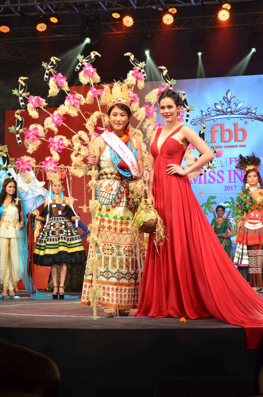 Waluscha de Sousa with Licha Thosum The Winner of Best National Costume at Sahar Star in Mumbai