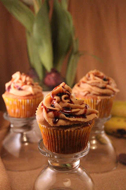 cupcakes-de-platano-con-almendras, banana-cupcakes, buttercream-de-leche-condensada