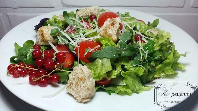 салат с помидорами черри и красной смородиной
