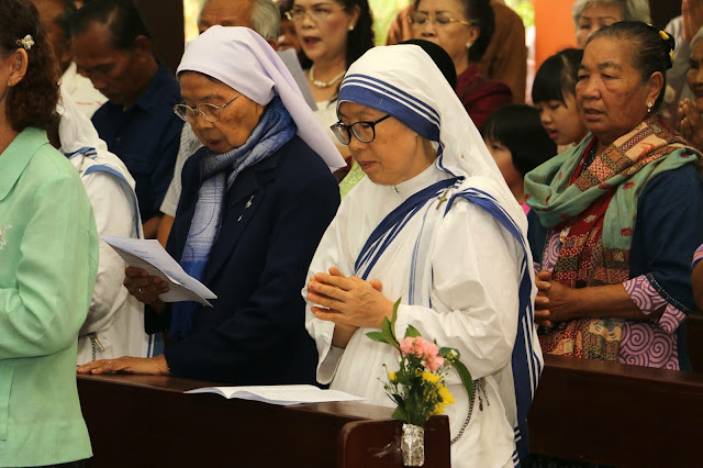 Rezando religiosas y seglares
