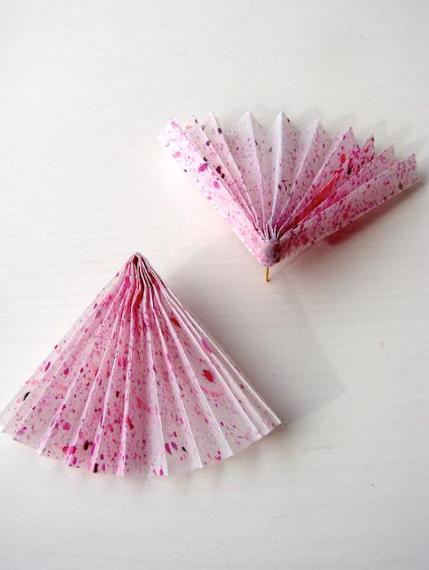 Orecchini di carta in stile origami , gioielli contemporanei di Alessandra Fabre Repetto
