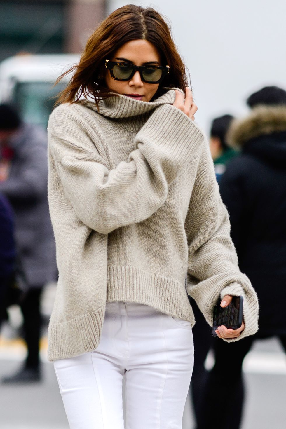 Easy Stylish Fall and Winter Outfit Idea: Neutral Turtleneck Sweater and White Jeans — Christine Centenera Street Style