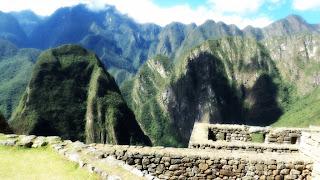 Putucusi e Montanhas ao Fundo - Machu Picchu [Peru]