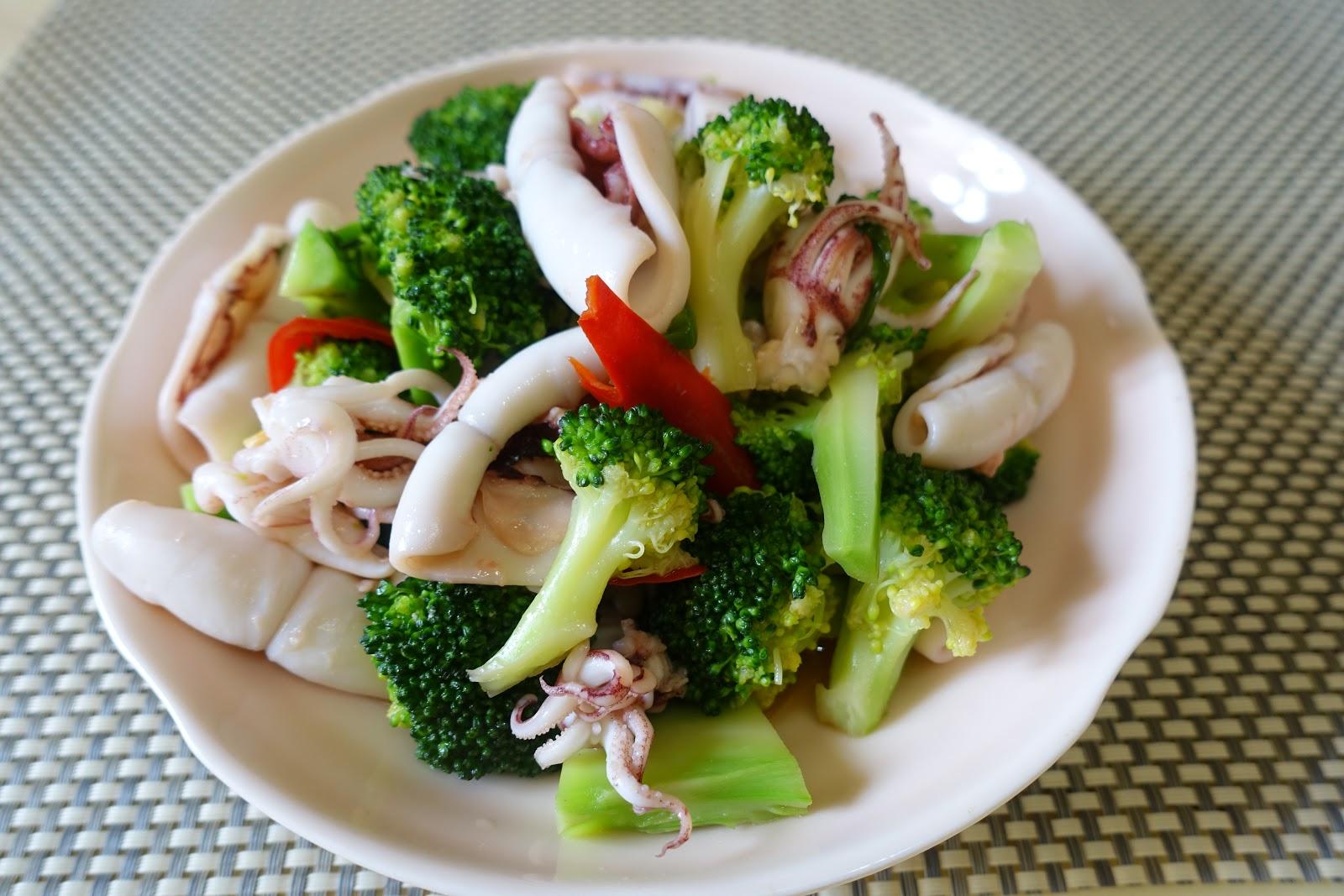 小安琪~ ~因為喜歡吃,想同大家分享些簡單,容易,方便,又味美之食譜 哈~ ~: 西蘭花炒鮮魷