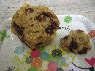Muffins très noisettes et pépites de chocolat intérieur moelleux, alvéolé