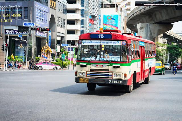 Đường phố ở Thái Lan rất nhiều màu sắc một phần là do sự góp mặt của các chiếc xe buýt to được sơn nhiều màu và trang trí họa tiết đẹp mắt. Ngoài các loại xe buýt nội ô chạy theo tuyến ngắn thì còn có rất nhiều xe buýt to chuyên chở các đoàn khách du lịch hoặc chạy tuyến đường dài từ thành phố này sang thành phố khác và trong đó có rất nhiều chiếc là xe hai tầng.