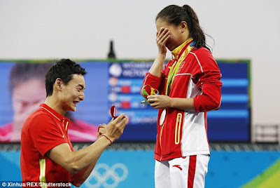 PHOTOS: Chinese Olympian proposes to girlfriend after she is presented a silver medal in Rio