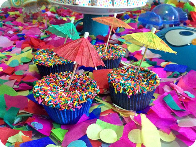 Decoração : Festa Carnaval - Mesa / Cupcakes com Guarda Sol e Granulado Colorido