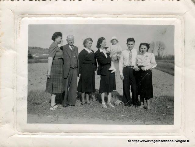 Photo noir et blanc ancienne :  en famille