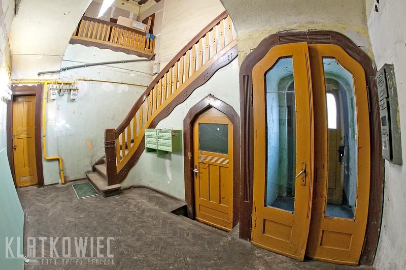 Świebodzice: hol z ozdobnymi drzwiami