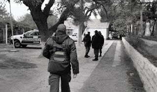 """""""Luego de una ardua investigación, Gendarmería, Policía Federal y Drogas Ilegales trabajan para hallar información en dos domicilios, que sería de un comisario general y de un principal subjefe de Drogas Ilegales"""", declaró."""