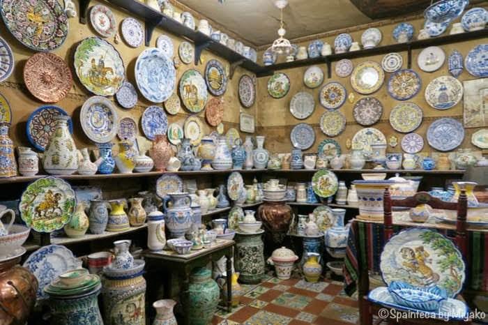 スペインのマドリードの陶器専門店の店内には美しい陶器がぎっしり