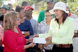 Alcaldesa Municipal entrega 300 mil pesos para inicio trabajos  construcción aceras y contenes en Cristo Rey