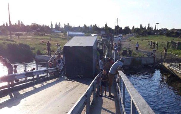У Миколаївській області перевантажені фури утопили міст