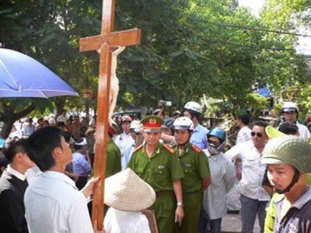 Protesto de católicos contra perseguição religiosa no Vietnã.