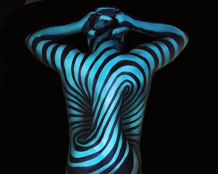 02-Natalie-Fletcher-Optical-Illusions-in-Body-Painting-www-designstack-co
