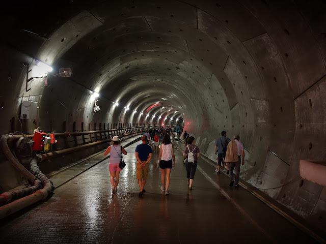 Et l'on peut commencer le parcours dans la tunnel en direction de Sainte-Anne...