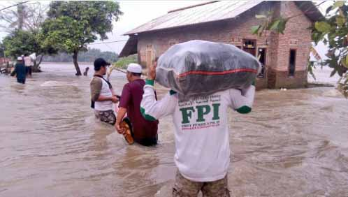 Luput dari Pemberitaan, Relawan FPI Terpaksa Tembus Arus Banjir Guna Salurkan Bantuan Kepada Para Korban Banjir di Bekasi - Commando