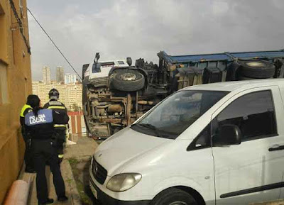 Muere trabajador al volcar camión, Las Palmas de Gran Canaria