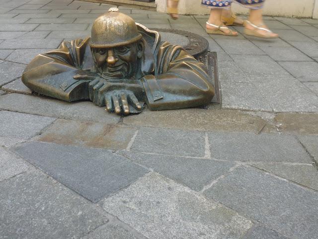 Rubberneck, estatua en Bratislava (@mibaulviajero)