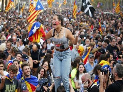 """كتالونيا.. احتدام التنافس بين """"الوحدويين"""" و""""الانفصاليين"""" واستطلاعات رأي تعلن تقدم أنصار """"بوجديمون"""""""