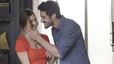 Marcos (Romulo Estrela) quase beija Paloma (Grazi Massafera) na frente do pai — Foto: TV Globo