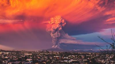 Volcán con muchísimo humo por encima con efecto anaranjado