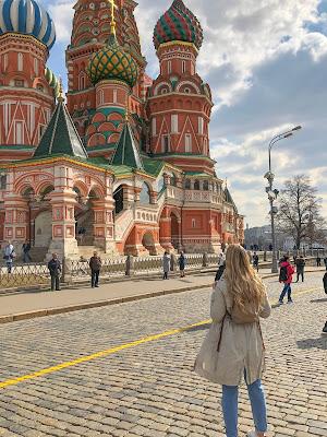 moi de dos devant la cathédrale saint balise le bienheureux, superbe symbole de Moscou, pleine de couleurs et de formes