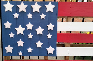 A tutorial on how to make four styles of American Flag Using Wood Pallets by Easy Life Inspirations