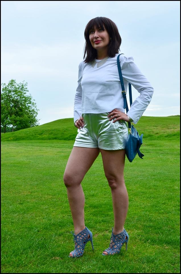 Adriana Style Blog, biała koszula, Blog modowy, Fashion, Fashion Blog, moda, Outfit, sandals, silver shorts, sparkle, Sportowa elegancja, Sporty Elegance, srebrne szorty, White Shirt, Sandałki New Look, Koszula Bershka, Bershka Shirt, New Look Sandals