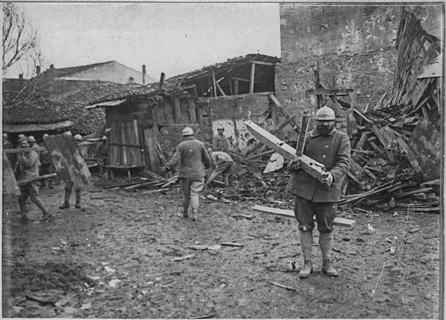 In the streets of Monastir (Bitola) (February 1917). After the fall of a shell, the soldiers go to the harvest of the wood
