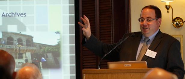 """(ראובן פינסקי, בהצגת התכנית """"ציוני דרך"""" באוניברסיטת הארווארד (צילם: אייל לנדסמן"""