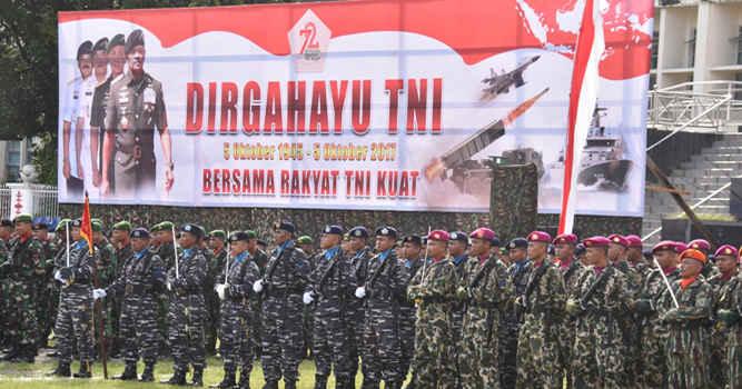 """Kasdam XVI/Pattimura Brigjen TNI Tri Soewandono memimpin upacara peringatan HUT ke 72 TNI dengan tema """"Bersama Rakyat TNI Kuat"""", di Lapangan Merdeka Ambon, Maluku, Kamis (5/10)"""
