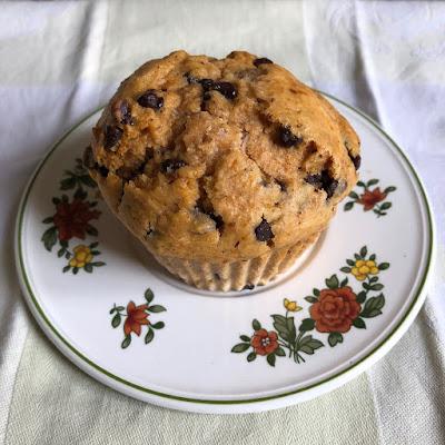 Muffin à la patate douce et aux pépites de chocolat démoulé sur une assiette