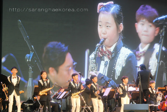 Korean kids performing at the concert stage of Lotte World Korea