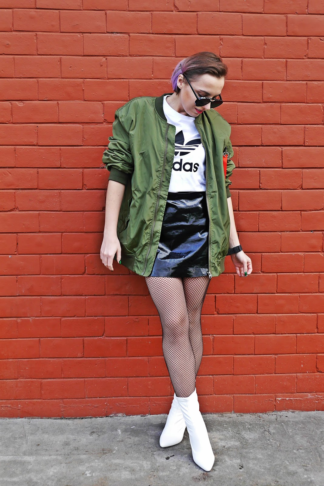5_oversize_green_bomber_jacet_white_boots_adidas_tshirt_karyn_blog_modowy_080318a