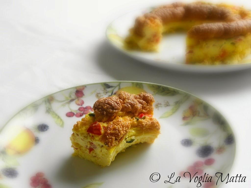 ciambella di frittata con pomodoro, mozzarella e basilico