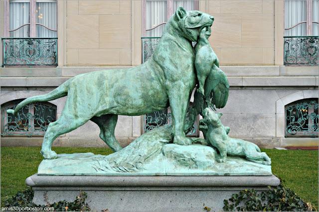 Escultura de una Tigresa con un Pavo en la Boca en la Mansión The Elms en Newport