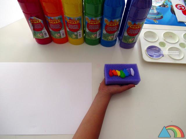 Esponja con témperas de los colores del arcoíris