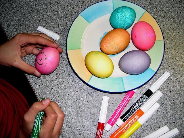 7 tτρόποι για να βάψεις τα Πασχαλινά αυγά με τα παιδιά