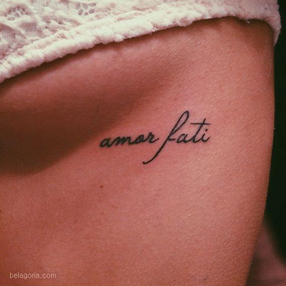 tatuaje de frase en latin amor fati