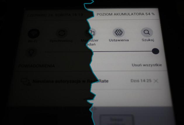 Po lewej stronie czytnik PocketBook Touch Lux 3 z wyłączonym podświetleniem, po prawej z włączonym. Parametry obydwu zdjęć: iso:100, czas:1/40, f:2,8