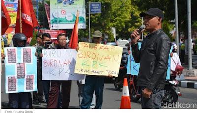 Massa Anti Korupsi Desak Wali Kota Blitar Menyerahkan Diri