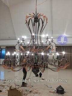Foto proses pemasangan dan pengerjaan pembuatan  produk kerajinan ukir logam tembaga dan kuningan  oleh Jaya Indah Logam Art Gallery http://www.jayaindahlogam.com & http://www.jayaindahlogam.co.id