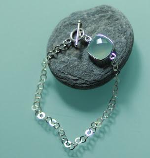 https://www.alittlemarket.com/bracelet/fr_bracelet_argent_massif_et_calcedoine_bleue_-18451857.html