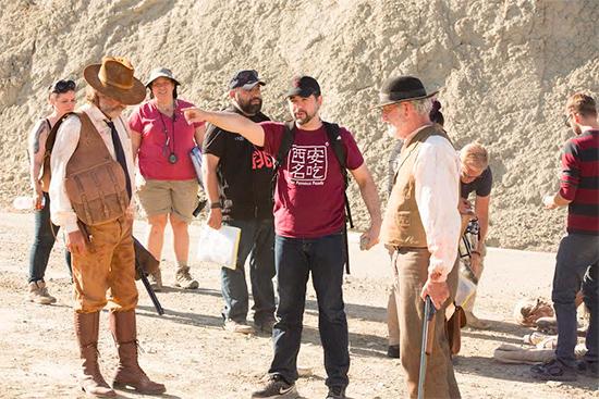 S. Craig Zahler dirigiendo Bone Tomahawk con Kurt Rusell