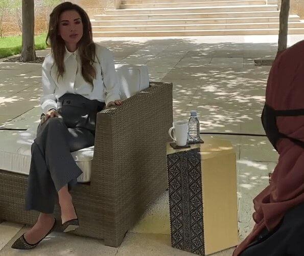 Queen Rania wore a crepe shirt by Alexander Wang, a gabardine pants by Helmut Lang, Dior pumps, carries Fendi Peekaboo bag