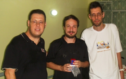 O co-organizador e árbitro Mauro Amaral, o vice-campeão MF Álvaro Aranha (com seu cubo 2x2x2 de prêmio) e eu - foto: Egidio Federzoni